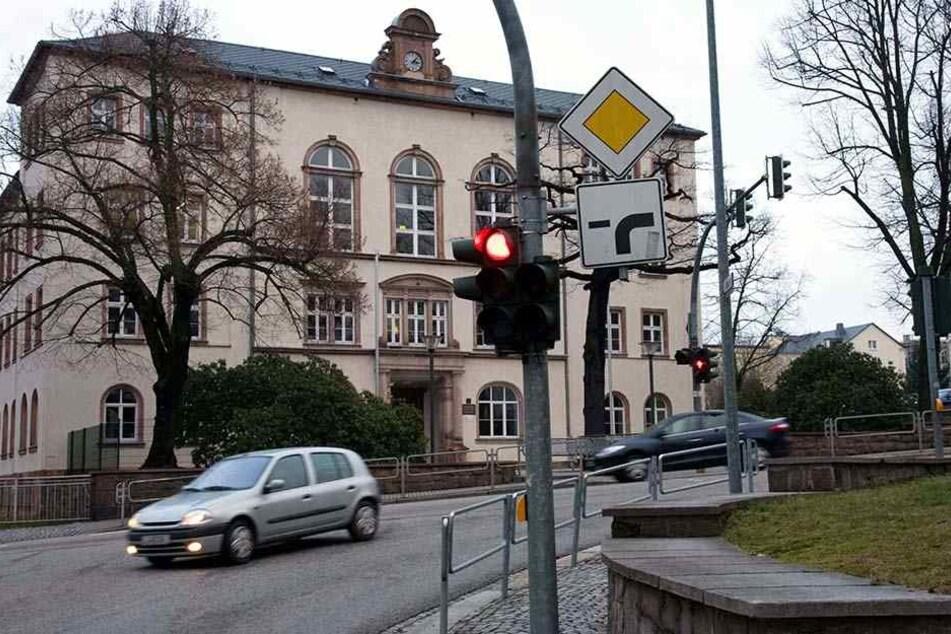 Tatort Schulweg: An dieser Fußgängerampel vor der Goethe-Grundschule in Limbach-Oberfrohna wurden die Hakenkreuze gefunden.