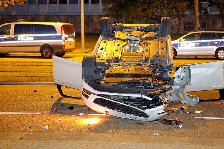 Der VW blieb nach dem Unfall auf dem Dach liegen.