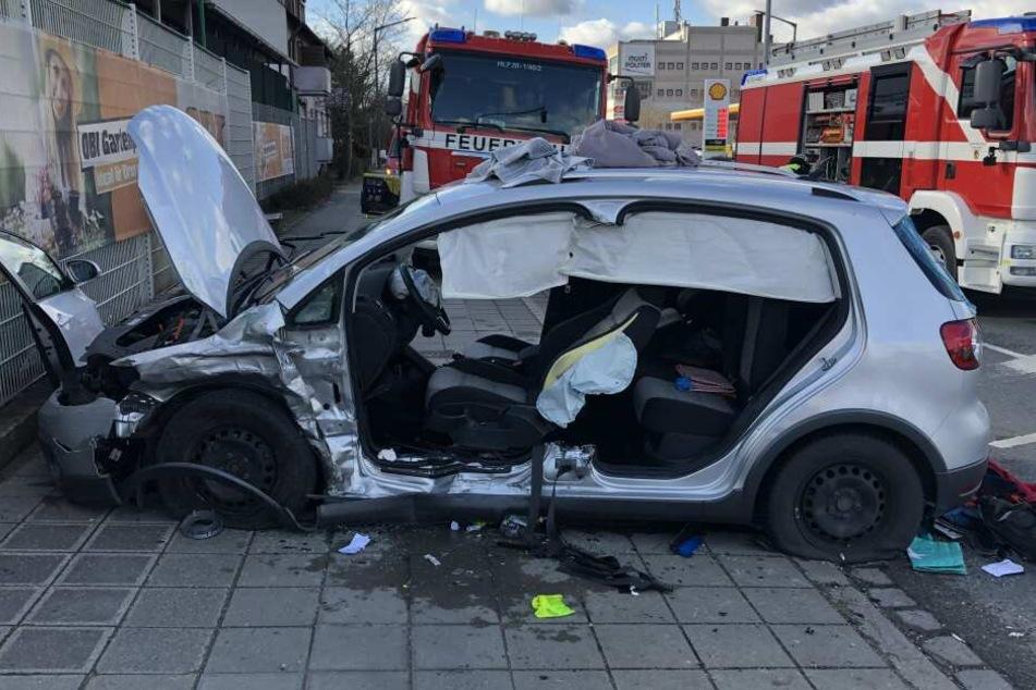 Die Insassen des VW Golf wurden bei dem Unfall schwer verletzt.