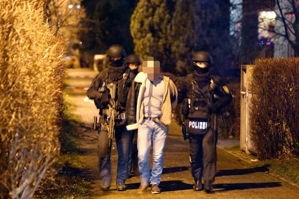 Die Spezialkräfte der Polizei überwältigten den 30-Jährigen im Hausflur.