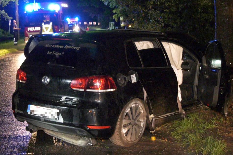 """Der VW Golf krachte gegen einen Baum, wurde schwer beschädigt. Auf der Heckscheibe ist der Spruch """"Mein anderes Spielzeug hat Titten!!"""" zu lesen."""