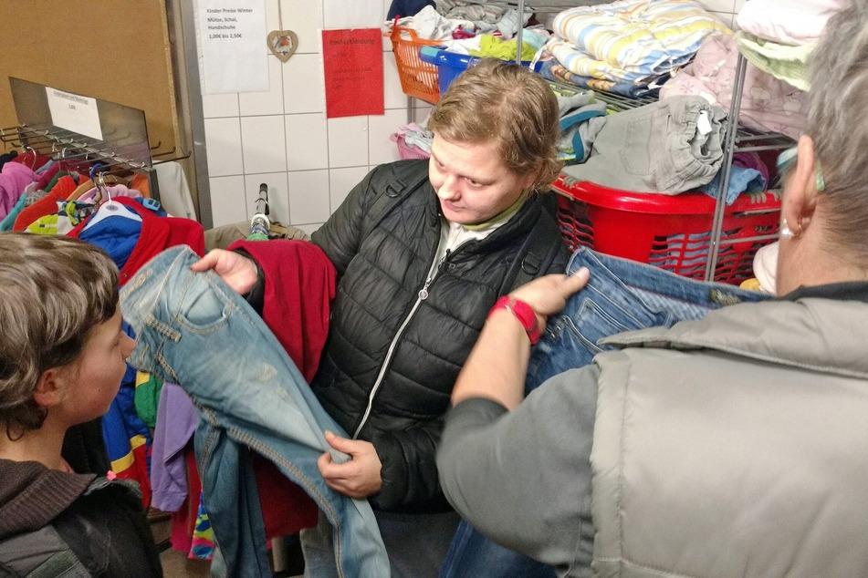 Im Sozialkaufhaus sucht Mama Tina (M.) eine neue Hose für Jasmin (l.). Nur wenige Euro stehen dafür zur Verfügung.