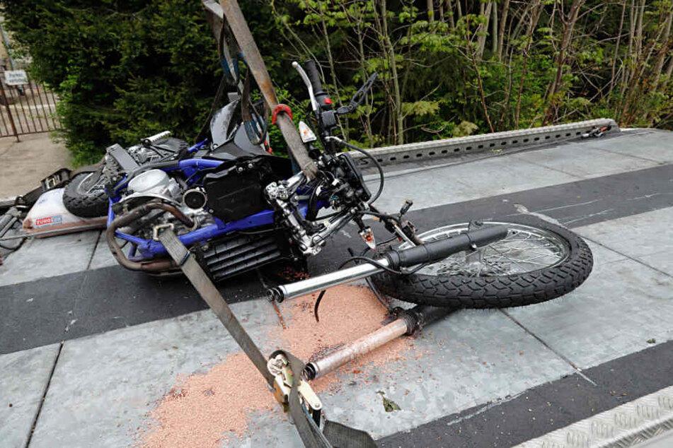 Der Motorradfahrer wurde bei der Kollision verletzt und musste in ein Krankenhaus gebracht werden.