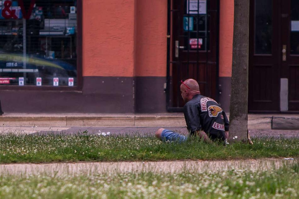 Ein Verdächtiger wird nach der Schießerei von der Polizei mit Handschellen gefesselt.