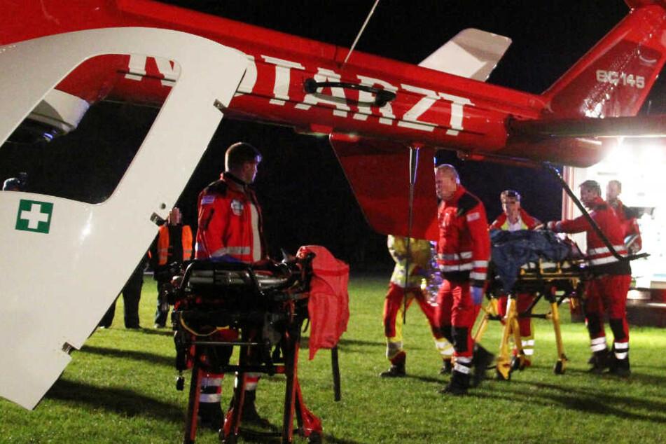 Rettungshubschrauber brachten die Verwundeten auf schnellstem Weg in Spezialkliniken (Symbolbild).
