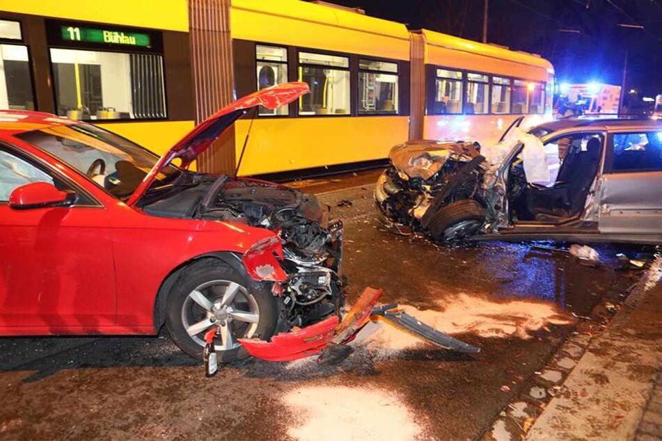 Mercedes knallt gegen Tram und schleudert in Audi: Bautzener Straße gesperrt
