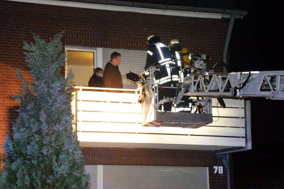 Vier Erwachsene und ein Kind mussten über die Drehleiter vom Balkon gerettet werden.