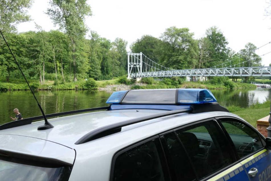 Die Polizei sperrte das Ufer der Mulde weitläufig ab.