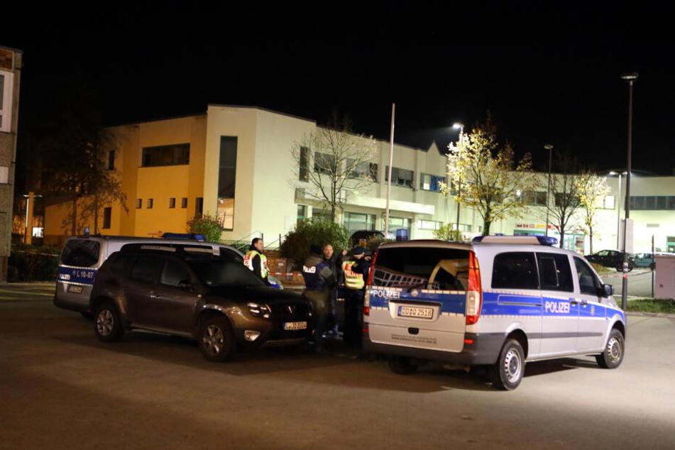 Aufregung am Polizeirevier Südwest: Nachdem eine Frau mit blinkender Bombenattrappe vorgefahren war, wurde das Areal abgesperrt.