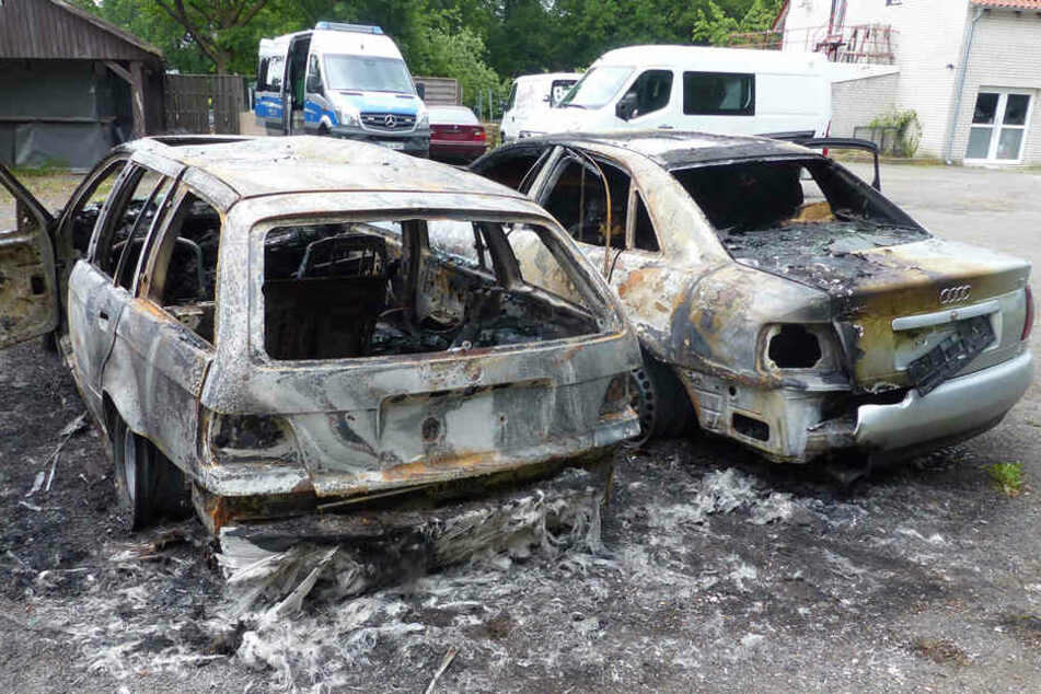Beide Wagen brannten komplett aus.
