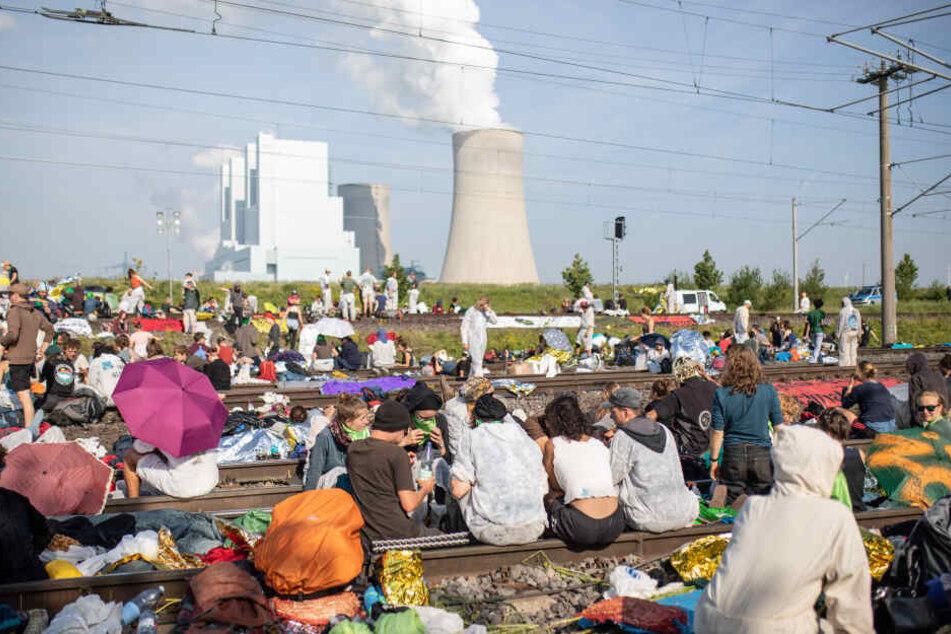 Zahlreiche Umweltaktivisten blockieren die Gleise der Kohle-Transportbahn seit Freitagabend.