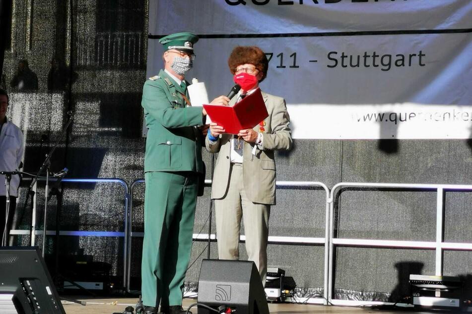 Uwe Steimle (57) spricht als Erich Honnecker verkleidet zu den Menschenmassen.