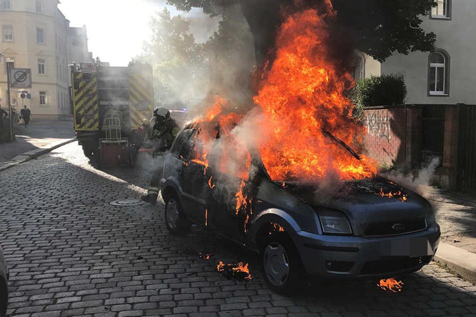 Das Auto stand komplett in Flammen.