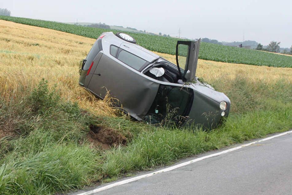 Das Auto blieb auf der Seite im Graben liegen.