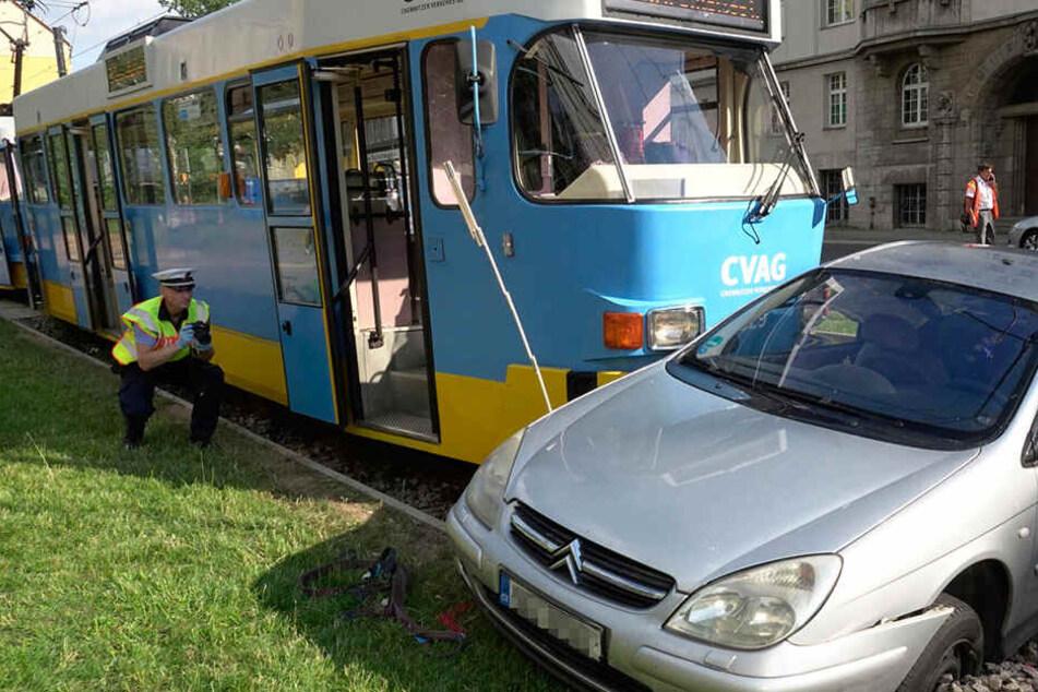 Crash zwischen Citroën und Straßenbahn: Mindestens ein Kind verletzt