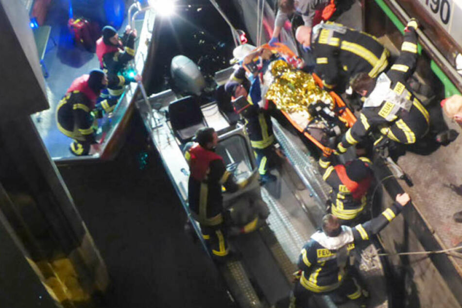 Der 29-jährige Matrose wurde von der Feuerwehr geborgen