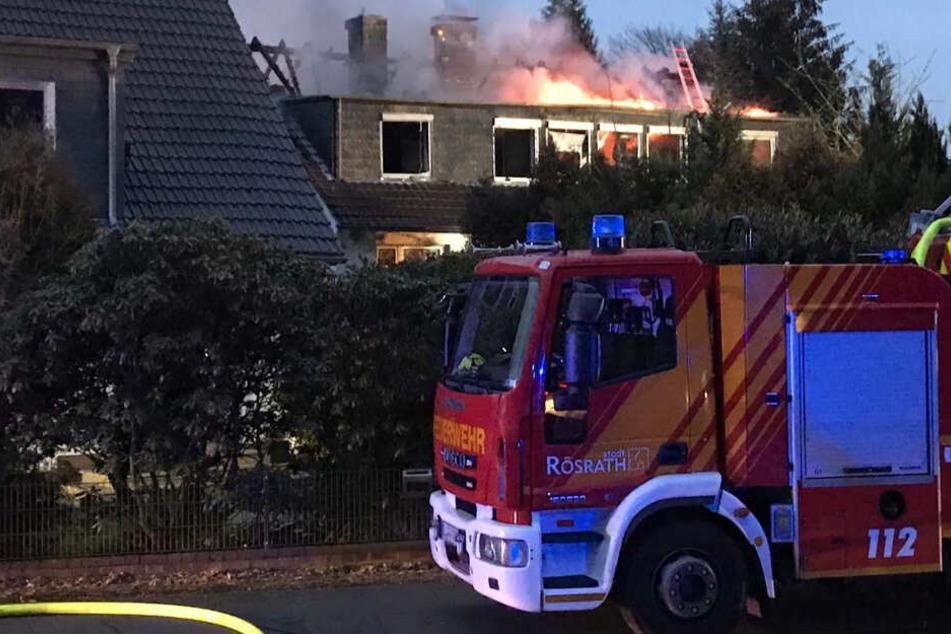 Beim Eintreffen der ersten Feuerwehrleute stand der Dachstuhl bereits komplett in Flammen.