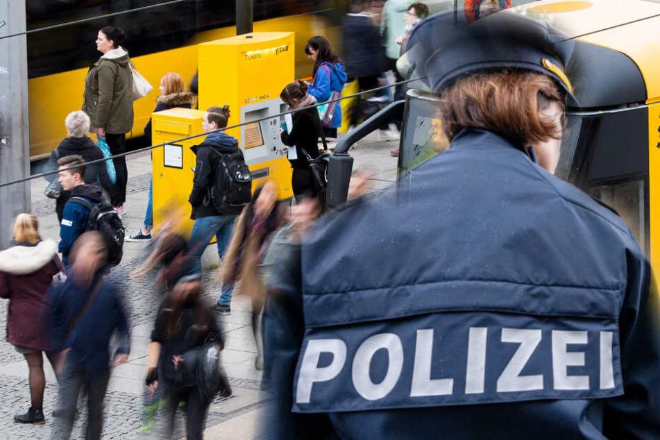 Typ stellt sich an Haltestelle in Dresden neben Frau und onaniert