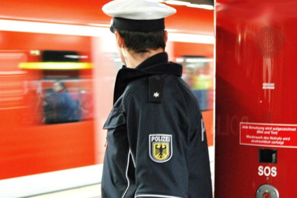 Mann liegt bewusstlos und blutend im Gleis: Bahn-Mitarbeiter reagiert geistesgegenwärtig