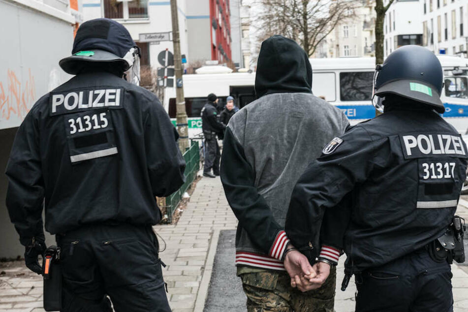 Der festgenommene 41-Jährige wird in der Rigaer Straße abgeführt.