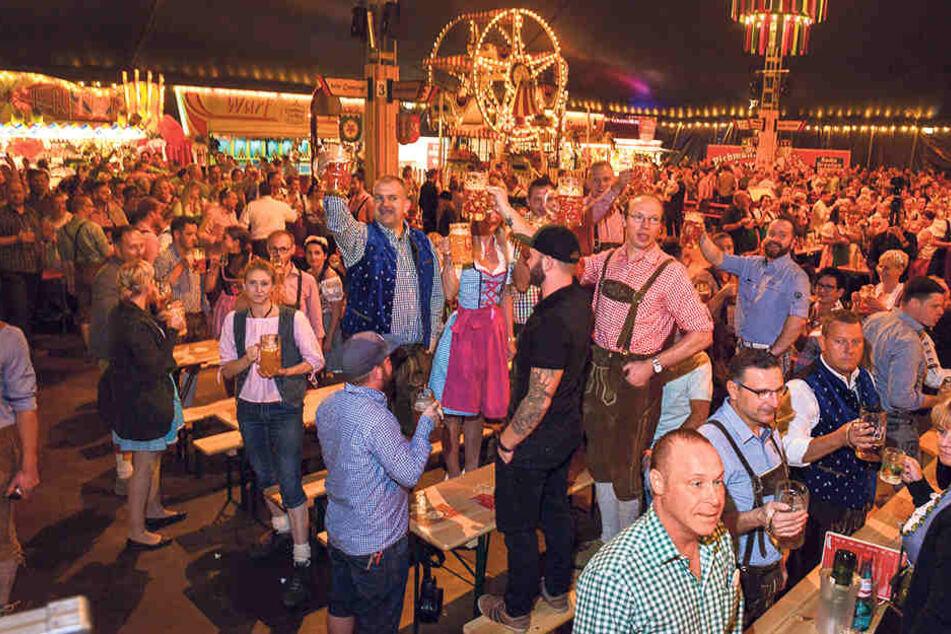 """""""Prost, ihr Säcke ..."""" Zünftig wurde gestern Dresdens Pichmännel-Oktoberfest eröffnet."""