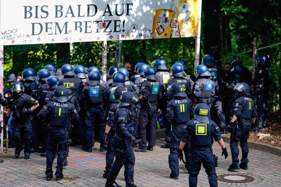 Polizei im Einsatz in Kaiserslautern: Am Sonntag fand das Hochsicherheitsspiel zwischen dem 1. FCK und dem SV Waldhof Mannheim statt.