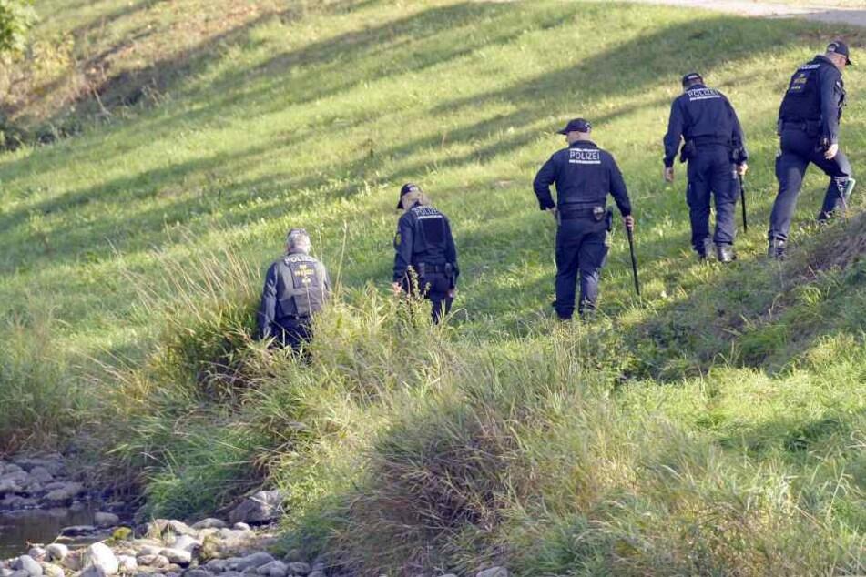 Nachdem er sich in Widersprüche verstrickt hatte, zeigte er den Beamten schließlich, wo er die Leichen vergraben hat.