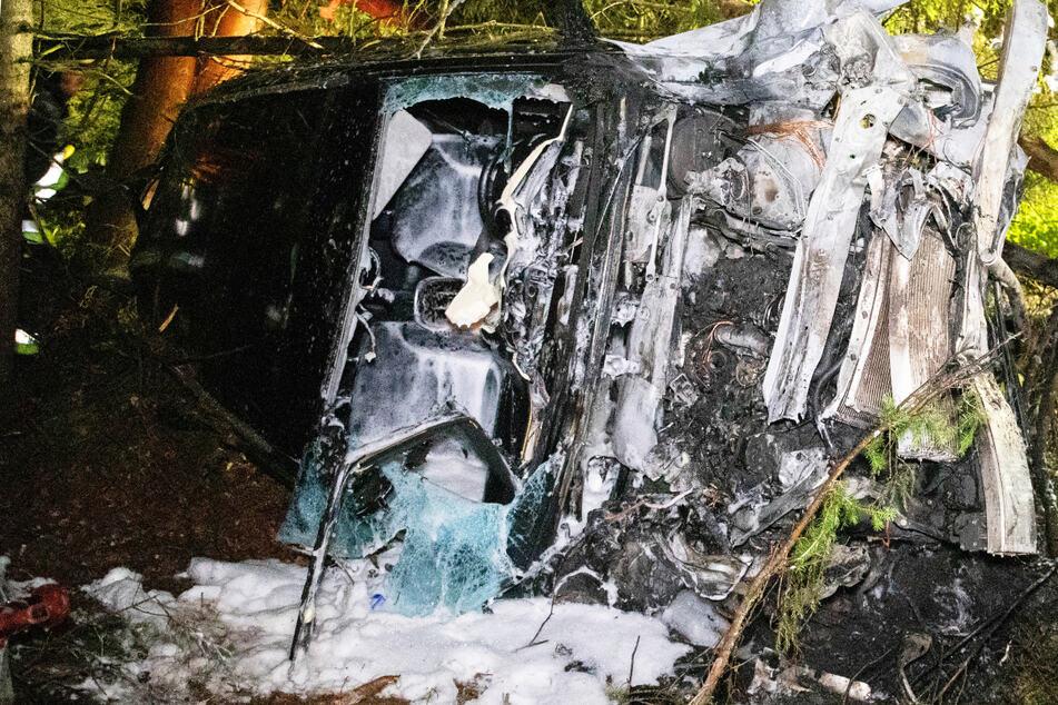 Der Mercedes SUV ist schwer beschädigt. Der Fahrer des Wagens hatte bei dem Unfall auf der B13 in Bayern derweil wohl mehrere Schutzengel an Bord.