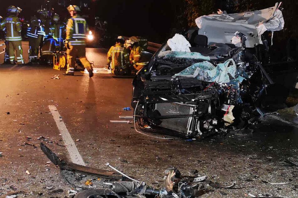 Horror-Crash auf Bundesstraße: Auto kracht frontal in Lkw, mehrere Verletzte