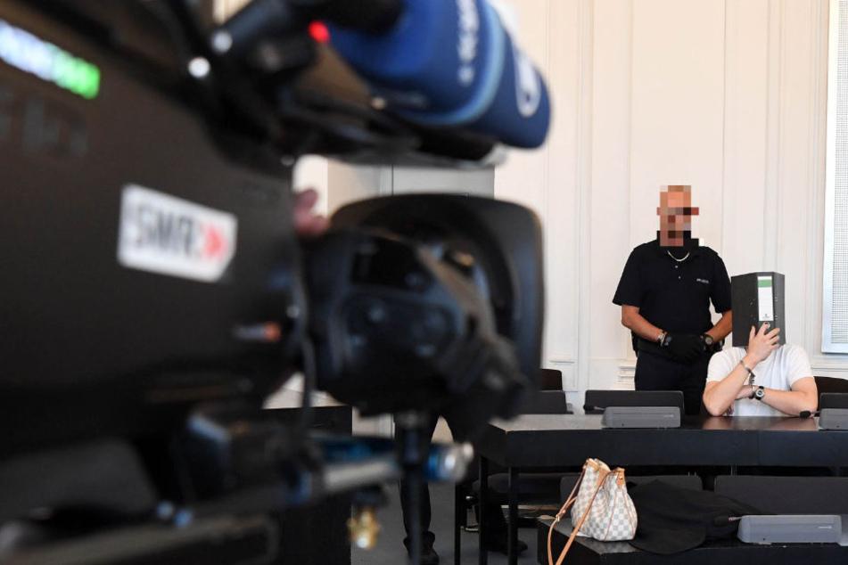 Der 44-Jährige wird im Gerichtssaal von einer Fernsehkamera gefilmt.