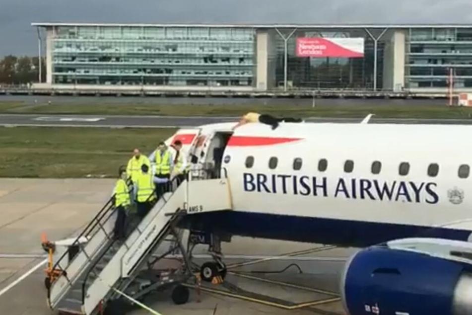 Der Demonstrant lag auf einer Britisch Airways Maschine.
