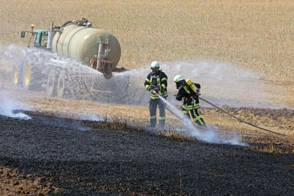 Die Landwirte unterstützten die Löscharbeiten und bewässerten die Fläche.
