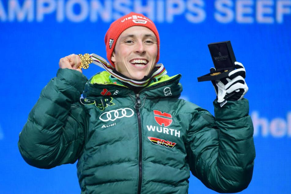 Eric Frenzel aus Deutschland jubelt bei der Siegerehrung mit seiner Goldmedaille.