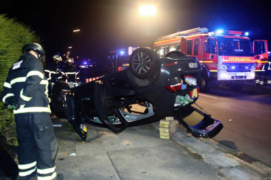 Das Auto überschlug sich und blieb auf dem Dach liegen.