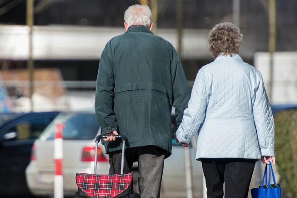 Die Menschen in NRW werden immer älter. (Symbolbild)
