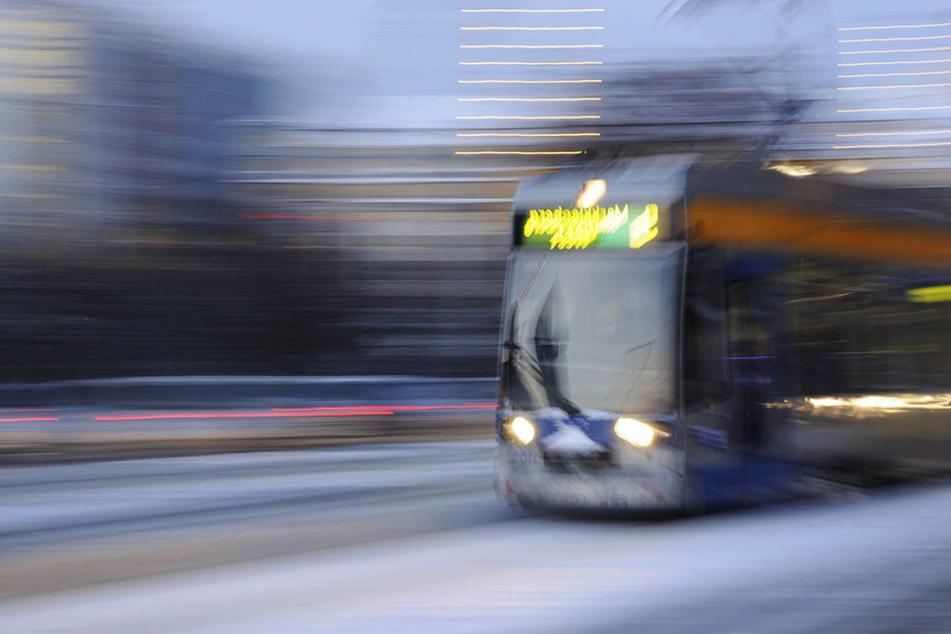Als der Mann aus der Straßenbahn ausstieg, wurde er von einer Pkw-Fahrerin erfasst. (Symbolbild)