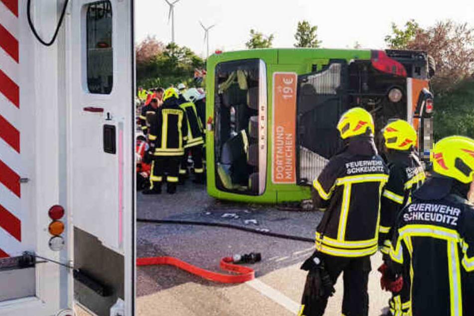 Der Bus kippte aus noch ungeklärter Ursache um.