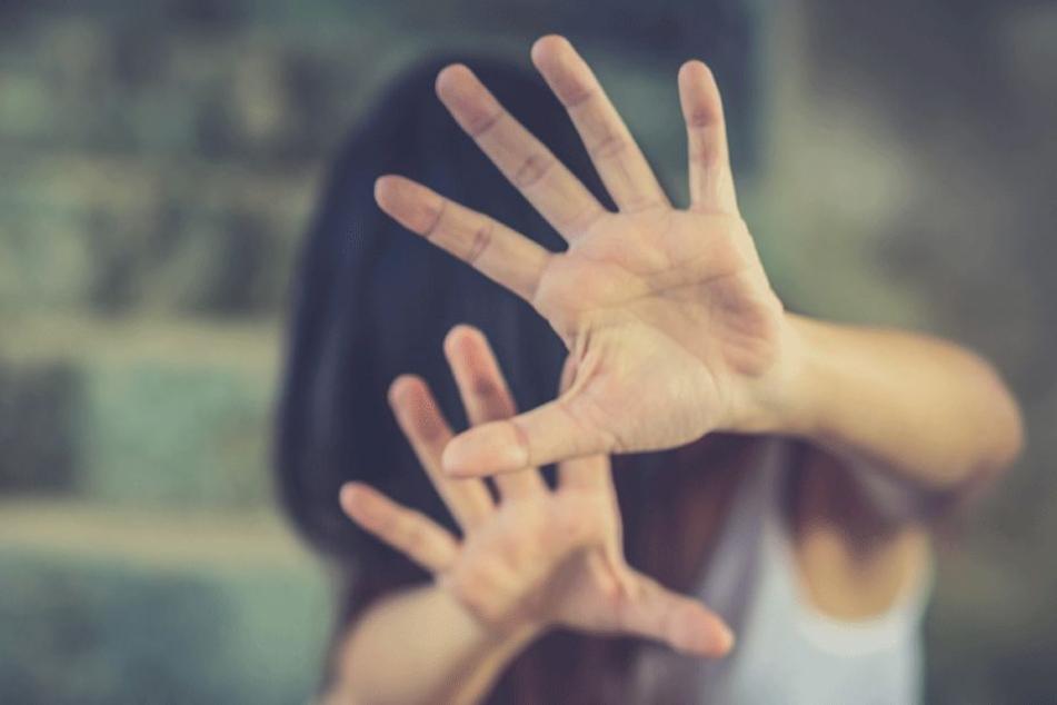 Gemeinsam sollen die vier jungen Männer auf die Frau losgegangen sein und sie missbraucht haben. (Symbolbild)