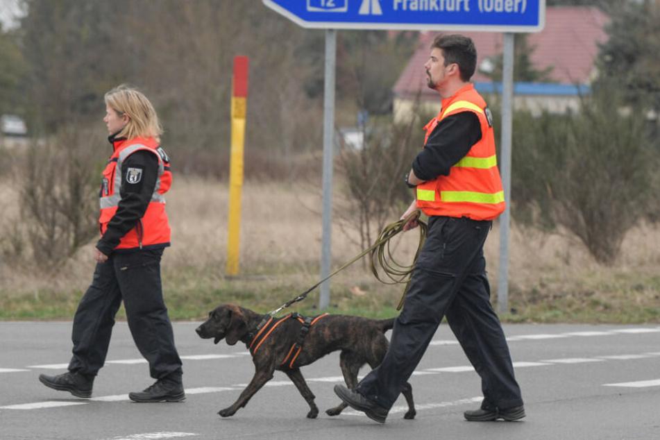 Mit einem Polizeihund suchte die Polizei am Freitag nahe der A12 nach Spuren.