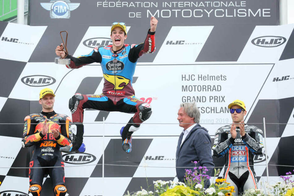 Alex Marquez jubelt über seinen zweiten Platz im Moto2-WM-Lauf.