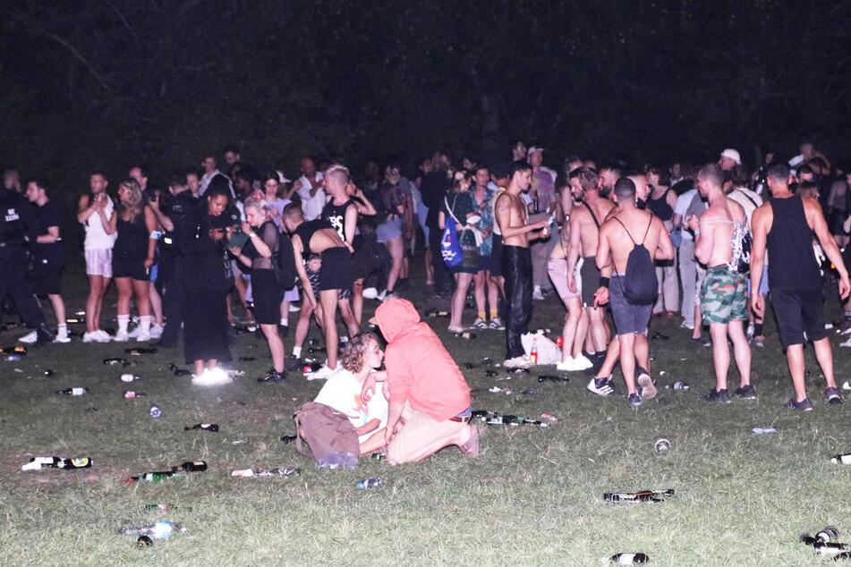 Tausende Menschen hatten sich in der Hasenheide versammelt. Überall liegt Müll und Bierflaschen herum.