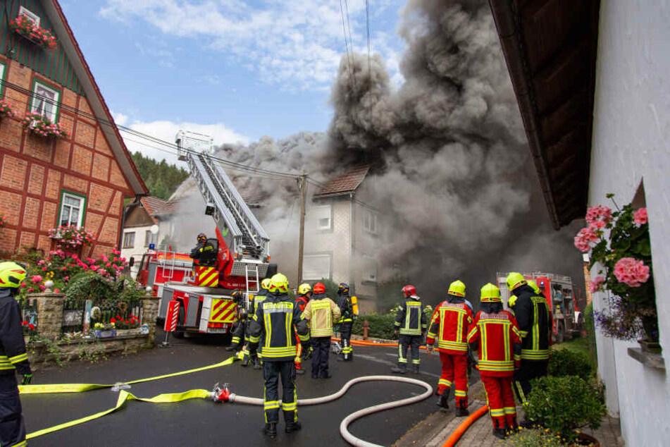 Dichter Rauch! Explosion in Haus verletzt zwei Menschen schwer