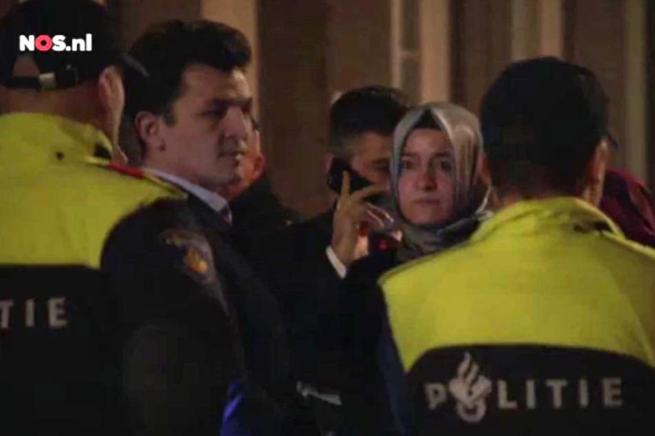 Die türkische Familien- und Sozialministerin Fatma Betül Sayan Kaya (2.v.r.) wurde am Abend im Auto in Rotterdam gestoppt.