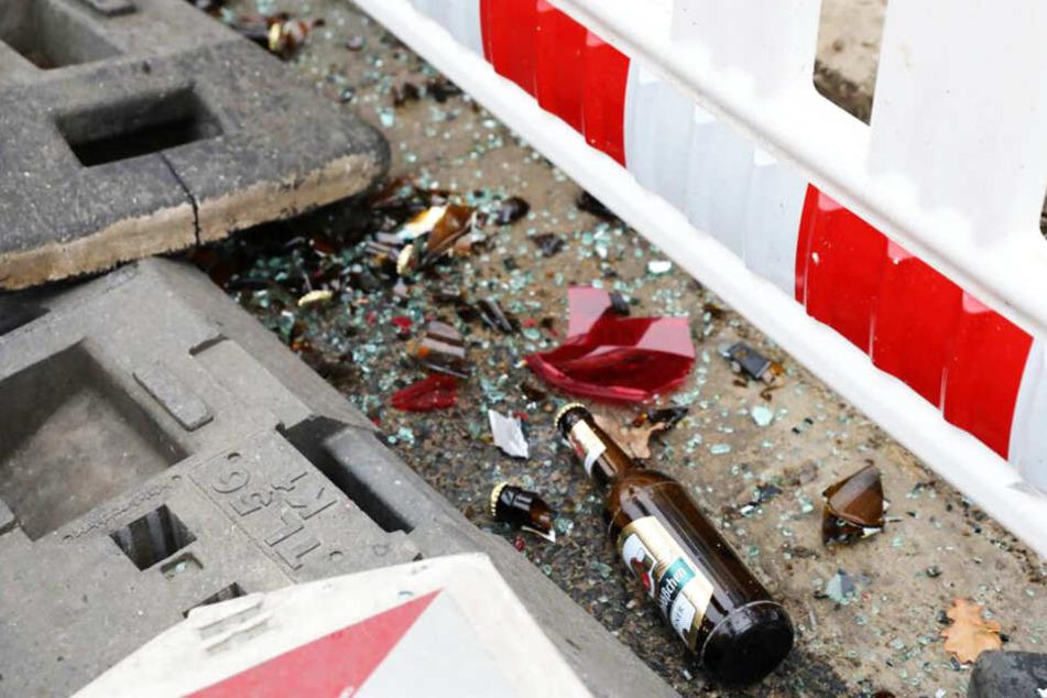 Die Ladung des Vans verteilte sich nach dem Unfall am Straßenrand.