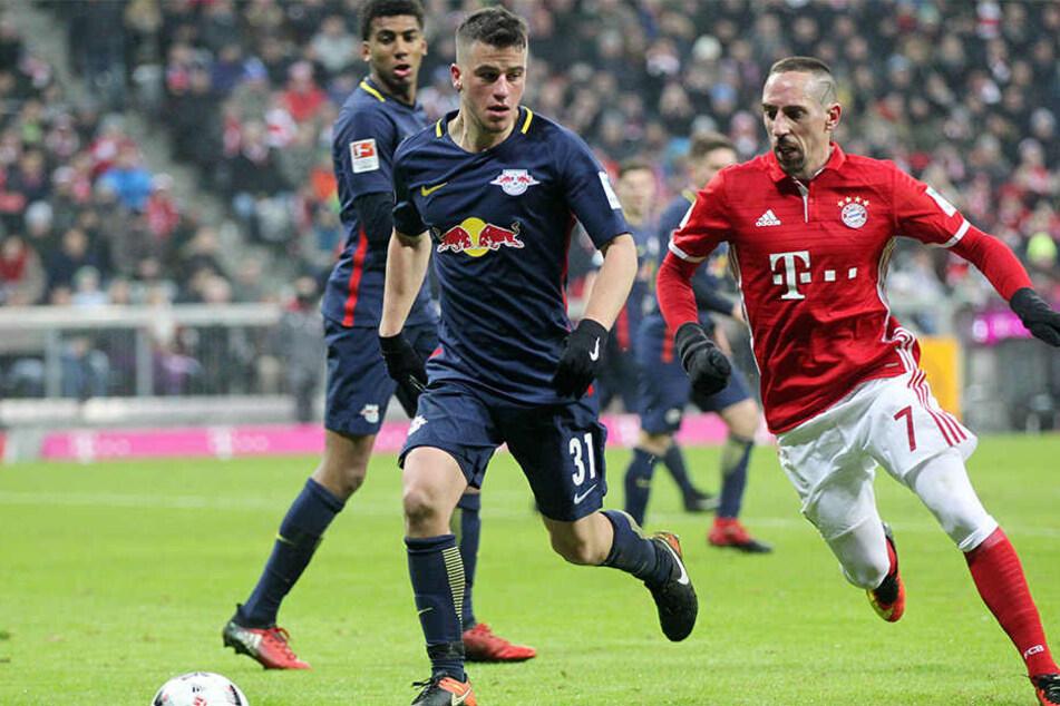 Der Leipziger Diego Demme (vorn) und der Münchner Franck Ribery (rechts) kämpfen um den Ball.