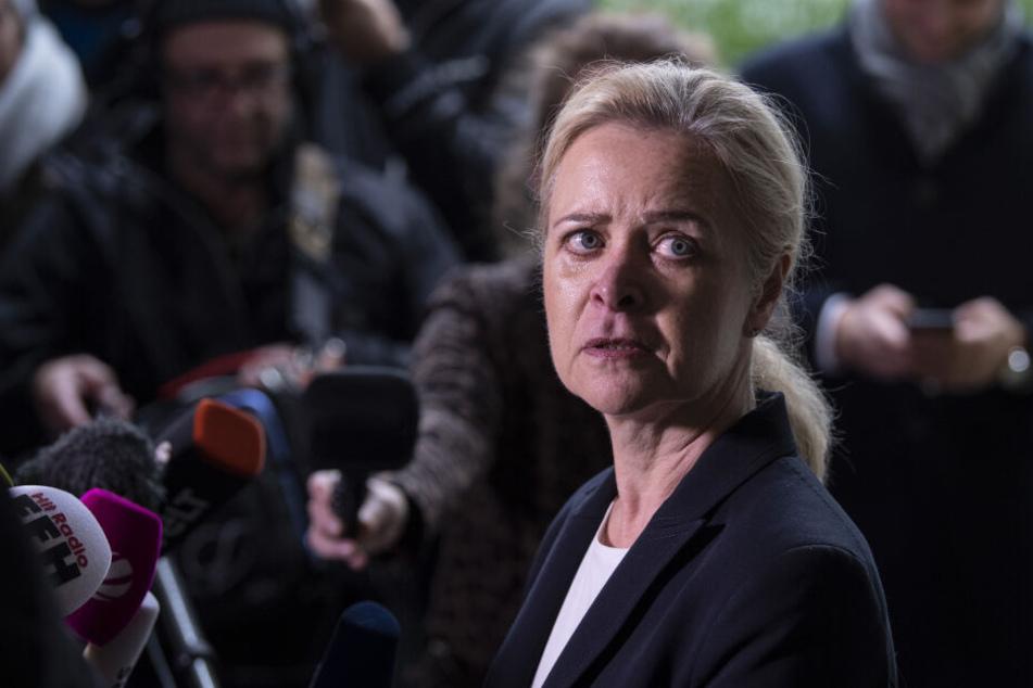 Nadja Niesen, Sprecherin der Staatsanwaltschaft Frankfurt beantwortet vor dem Gerichtszentrum Fragen von Medienvertretern.