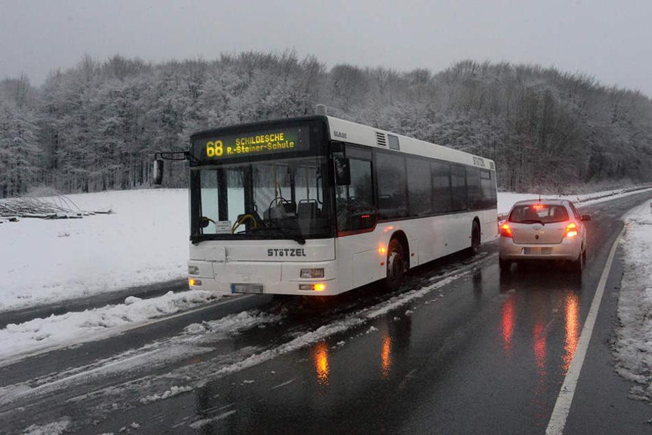 Spiegelglatte Straße: Schulbus kommt ins Rutschen