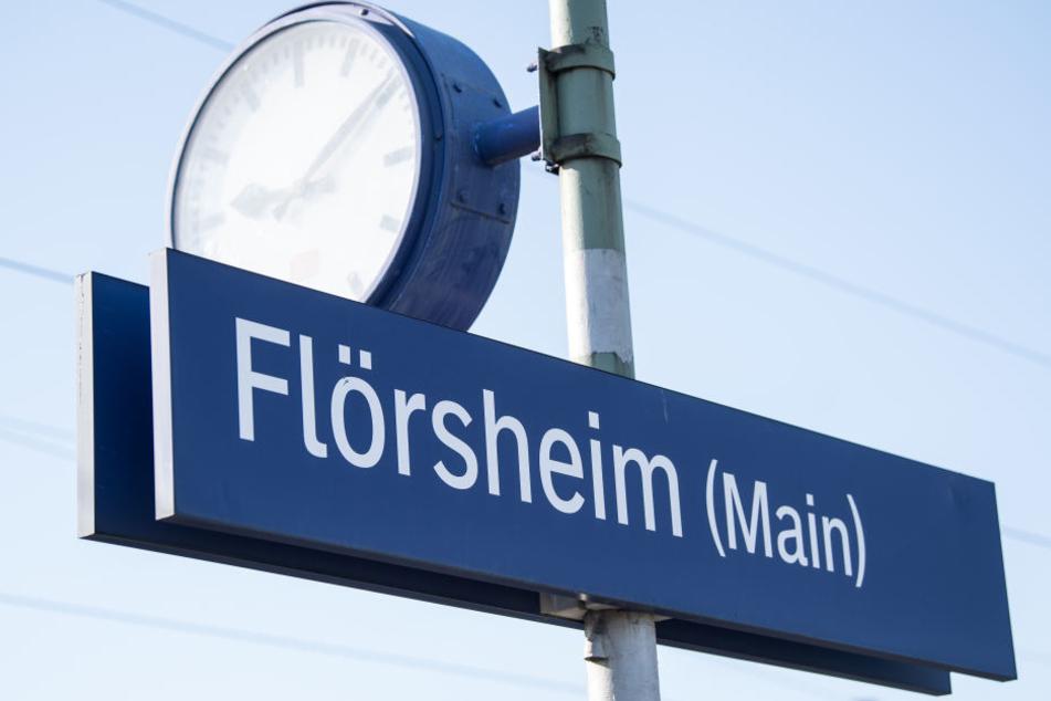 Die Polizei konnte die junge Frau am Bahn in Flörsheim aus dem Zug holen.