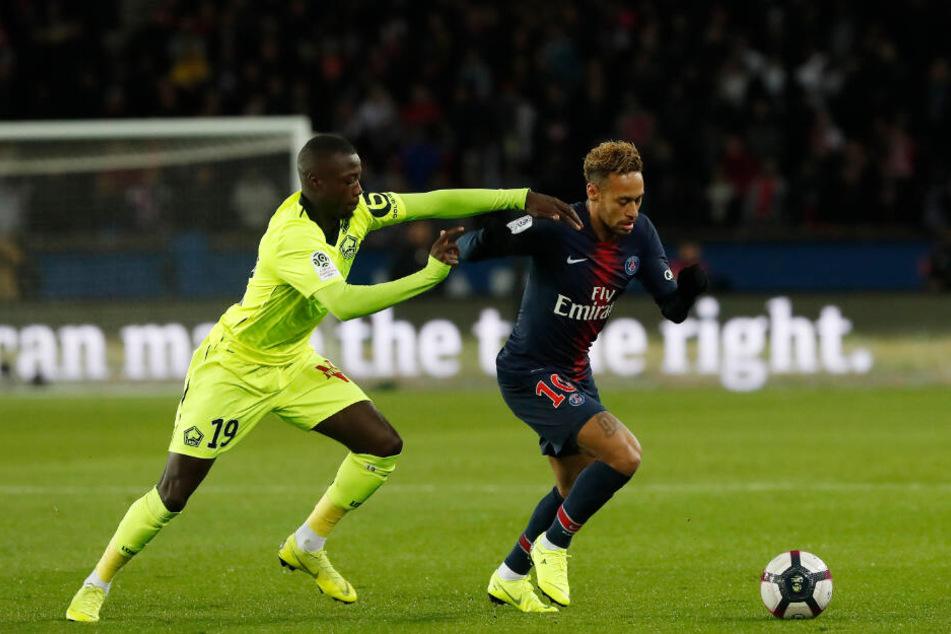 Nicolas Pépé (l) kämpft mit Neymar um den Ball.