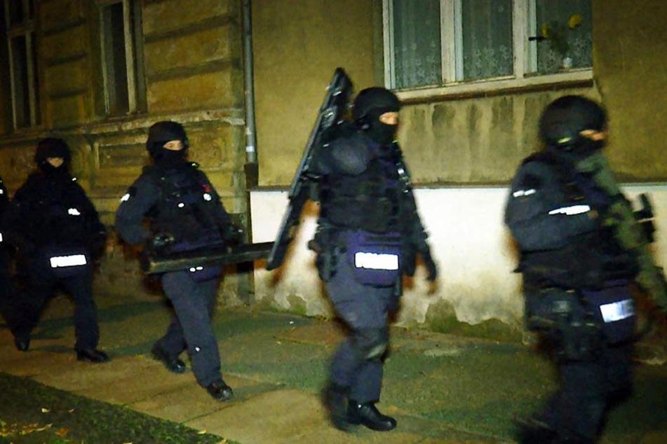 Mit schwerem Gerät machten sich die Beamten auf den Weg zu der Wohnung.